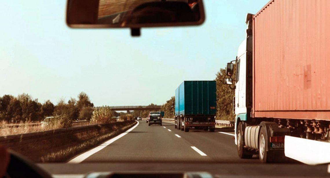 Visão de um motorista de caminhão dirigindo em uma estrada movimentada.
