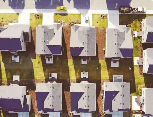 Vista aérea de um condomínio residencial.