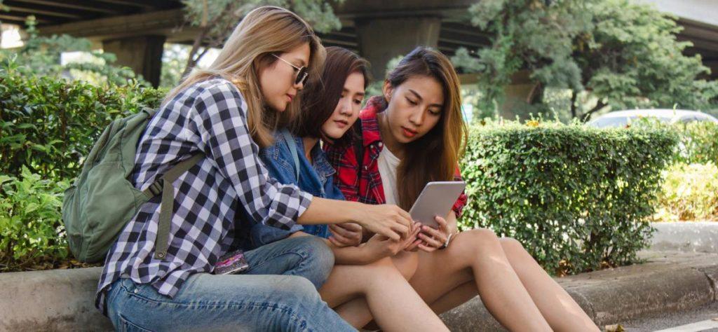 Mulheres olhando a tela de um tablet