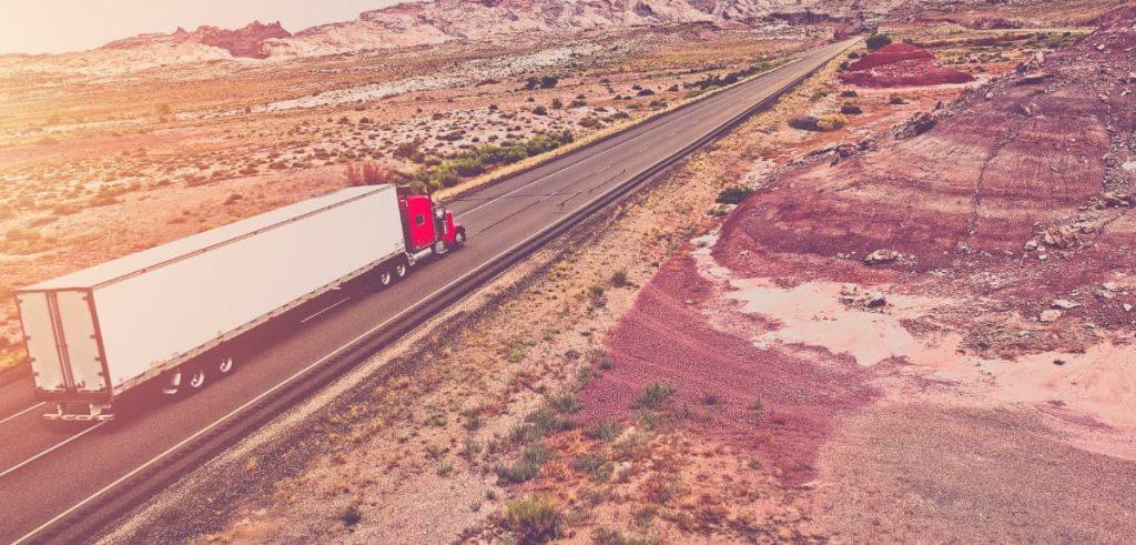 Caminhão em um estrada, foto aérea.