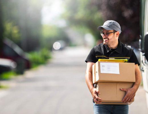 Homem entregando caixas de mercadorias.