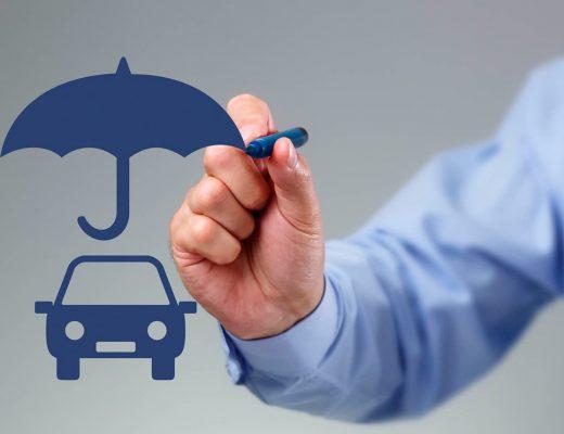 """Desenho de um carro embaixo de um guarda chuva, demonstrando """"segurança"""", uma pessoa está com uma caneta apontando para o guarda chuva."""