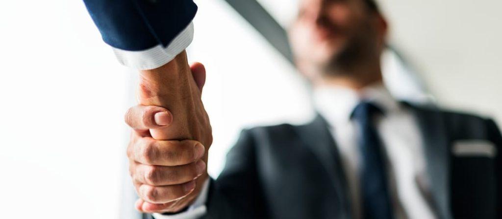 Dois homens dando um aperto de mão.