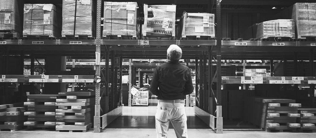Homem olhando para o estoque de produtos.
