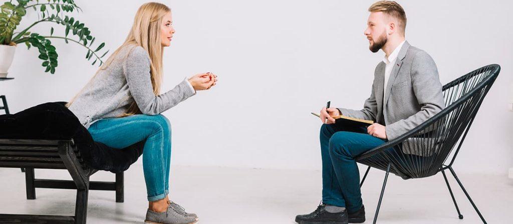 Conversa entre um homem e uma mulher, o homem está anotando oque a mulher diz.