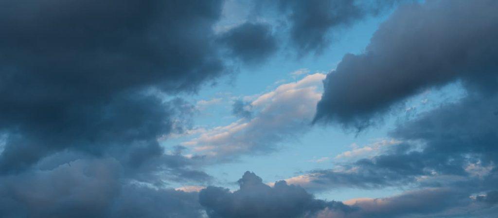 Imagem de um céu dramático.