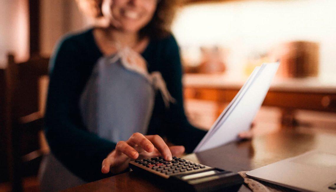 Mulher usando uma calculadora.