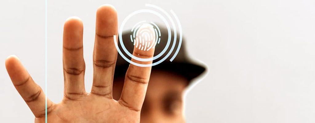 Homem negro usando a biometria para abrir a porta de sua mansão.