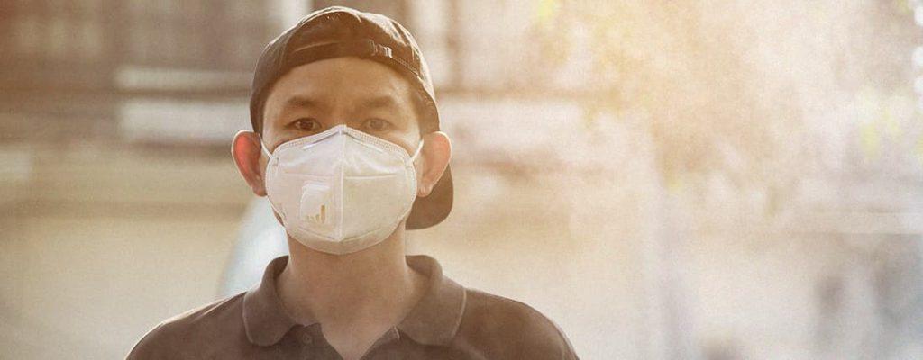 Homem usando uma máscara.