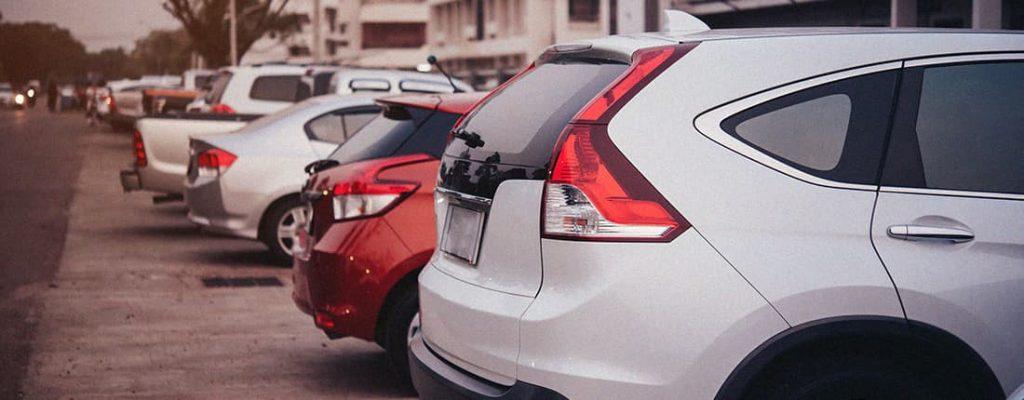 Foto de um estacionamento. E se o manobrista bate o seu carro?