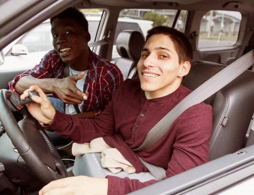 Um deficiente físico dirigindo seu automóvel.
