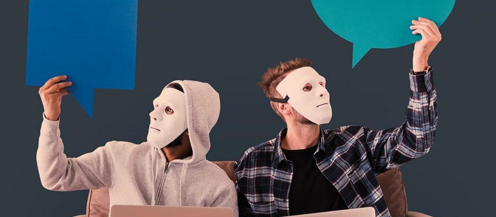 Duas pessoas usando máscaras.