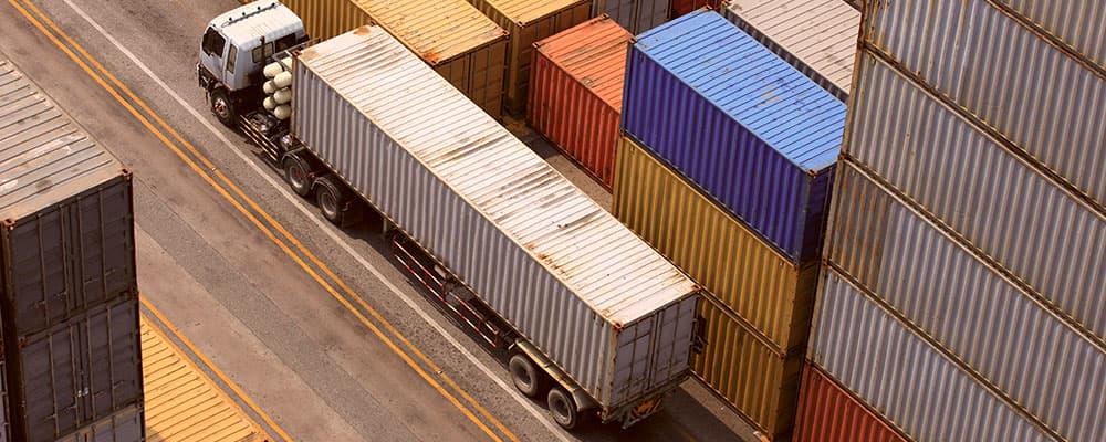Foto aérea de uma caminhão.