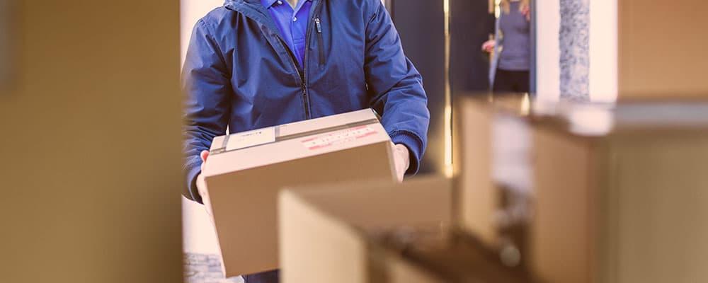 Pessoa fazendo entrega de cargas em caixas.